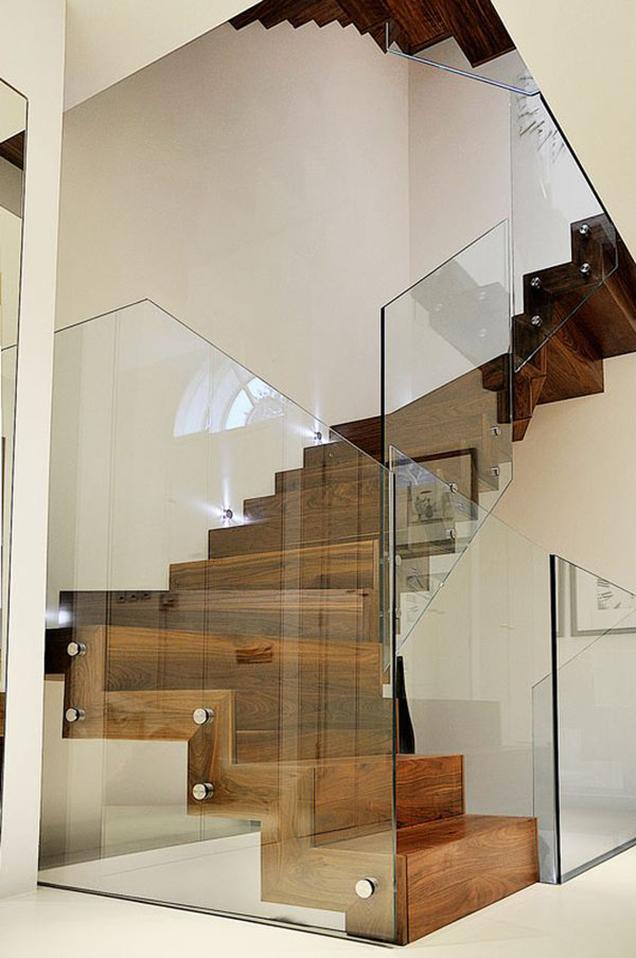 con los paneles de cristal podemos convertir nuestra escalera en una pieza casi escultrica adems de resaltar su vertiente son ideales para