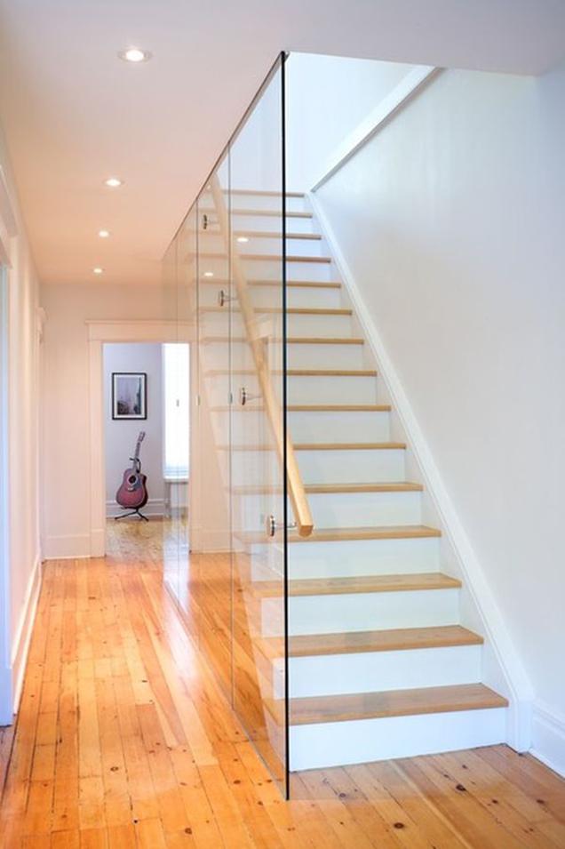 Escaleras con barandillas de cristal for Formas de escaleras