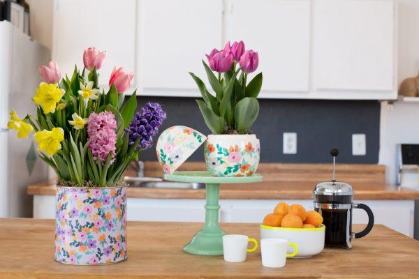 con frascos vacos de perfume y rosas u orqudeas podemos crear una decoracin floral muy interesante