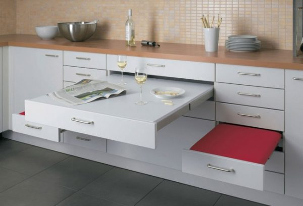 genial propuesta que integra una pequea mesa y dos asientos en los mismos muebles de la cocina ideal para cocinas pequesimas en las que resulta