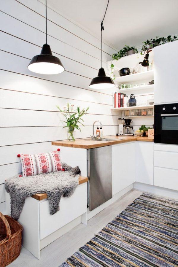 una mesa plegable y fijada a la pared es lo que nos muestra esta fotografa una buena idea para esta cocina tan estrechita