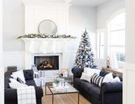 imagen Decoración navideña combinando detalles en blanco y negro